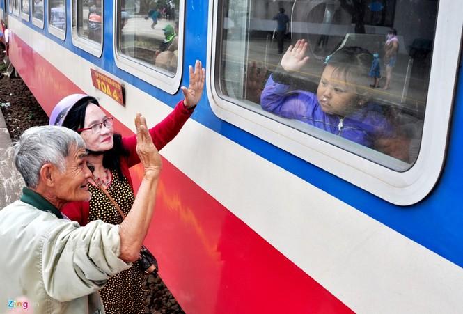 Phút chia ly xúc động ở ga tàu sau Tết  - ảnh 8