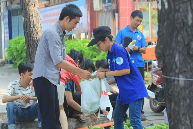 """Đông đảo sinh viên ra tay """"giải cứu chuối"""" giúp người dân Trảng Bom - ảnh 3"""