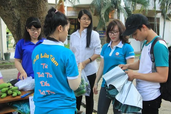 """Đông đảo sinh viên ra tay """"giải cứu chuối"""" giúp người dân Trảng Bom - ảnh 7"""