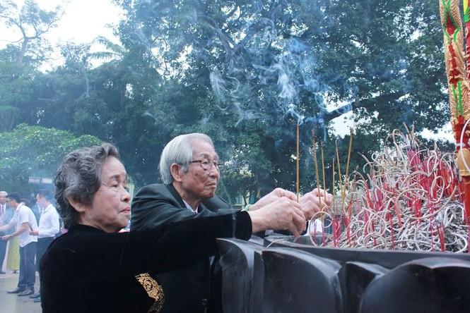 Khoảnh khắc ấn tượng 40 cặp đôi dâng hương tại Tượng đài Lý Thái Tổ - ảnh 3