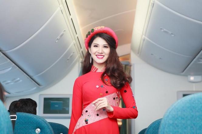 Tiếp viên Vietnam Airlines trình diễn áo dài trên độ cao 10.000m - ảnh 1