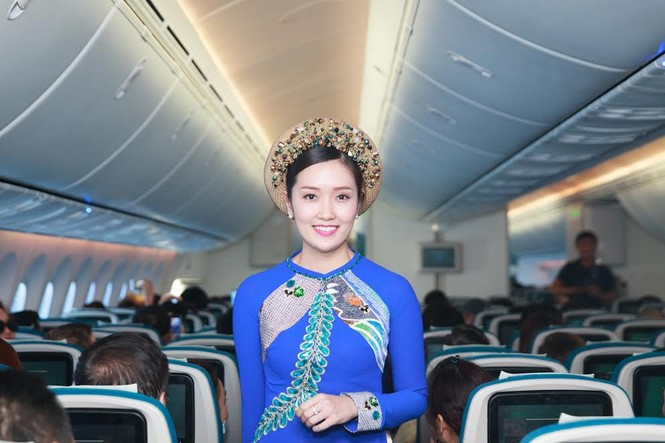 Tiếp viên Vietnam Airlines trình diễn áo dài trên độ cao 10.000m - ảnh 2