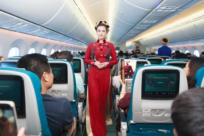 Tiếp viên Vietnam Airlines trình diễn áo dài trên độ cao 10.000m - ảnh 3