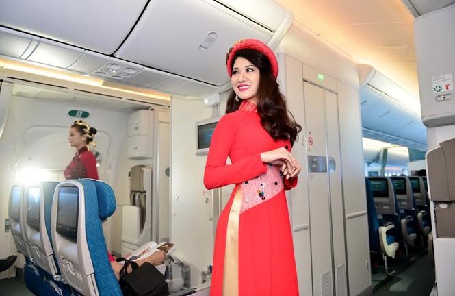 Tiếp viên Vietnam Airlines trình diễn áo dài trên độ cao 10.000m - ảnh 4
