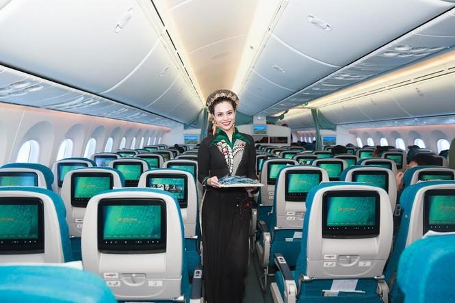 Tiếp viên Vietnam Airlines trình diễn áo dài trên độ cao 10.000m - ảnh 5