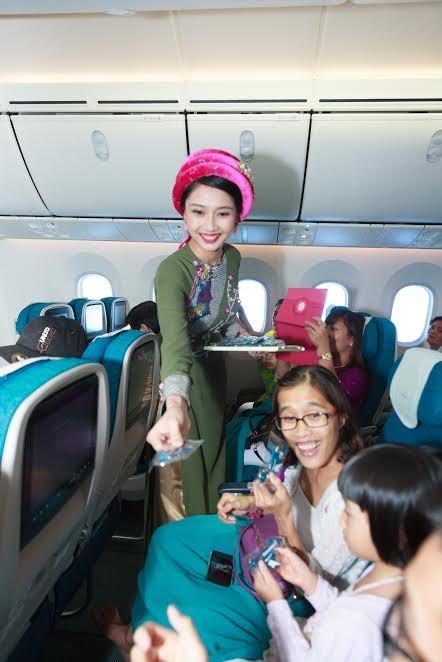 Tiếp viên Vietnam Airlines trình diễn áo dài trên độ cao 10.000m - ảnh 6
