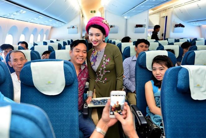 Tiếp viên Vietnam Airlines trình diễn áo dài trên độ cao 10.000m - ảnh 7