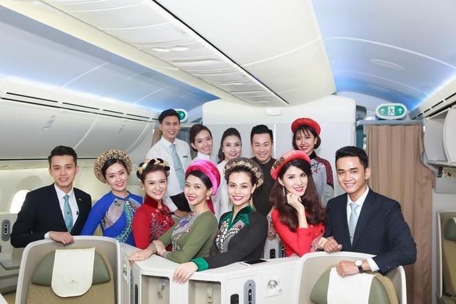 Tiếp viên Vietnam Airlines trình diễn áo dài trên độ cao 10.000m - ảnh 8
