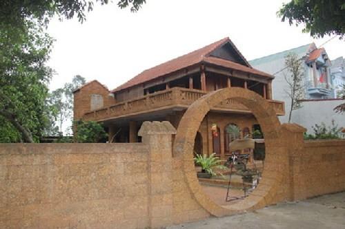 Nhà gỗ 2 tầng tuyệt đẹp 'lai' thiết kế... nhà sàn - ảnh 1