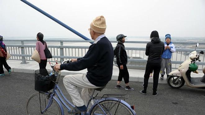 Lý do Hà Nội cấm khách bộ hành qua cầu Nhật Tân - ảnh 1