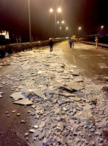 Cảnh sát cùng dân dọn đá rơi vãi trên quốc lộ trong đêm - ảnh 1