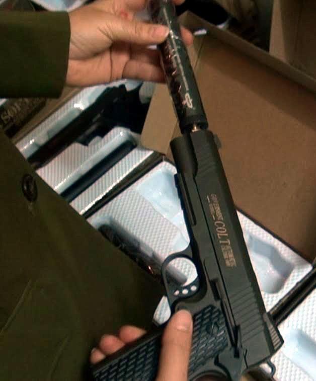Hà Nội: 108 khẩu súng bắn đạn bi trong công ty chuyển phát nhanh - ảnh 2