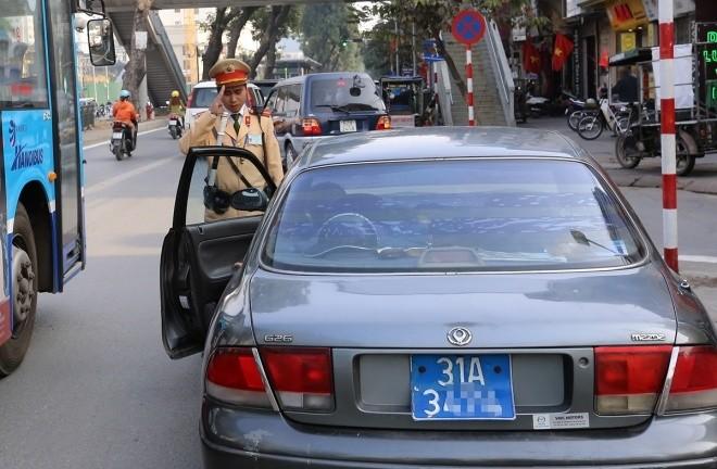 Hàng loạt tài xế bị tuýt còi vì lấn làn buýt nhanh - ảnh 1