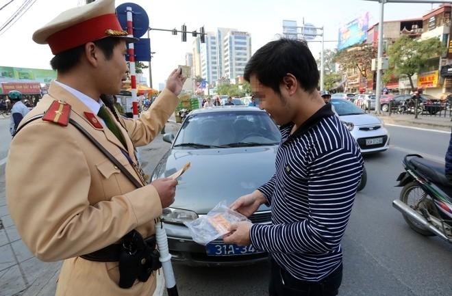 Hàng loạt tài xế bị tuýt còi vì lấn làn buýt nhanh - ảnh 2