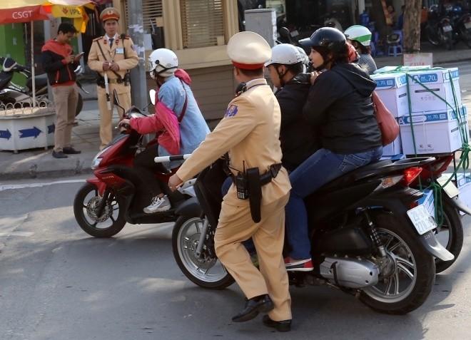 Hàng loạt tài xế bị tuýt còi vì lấn làn buýt nhanh - ảnh 5