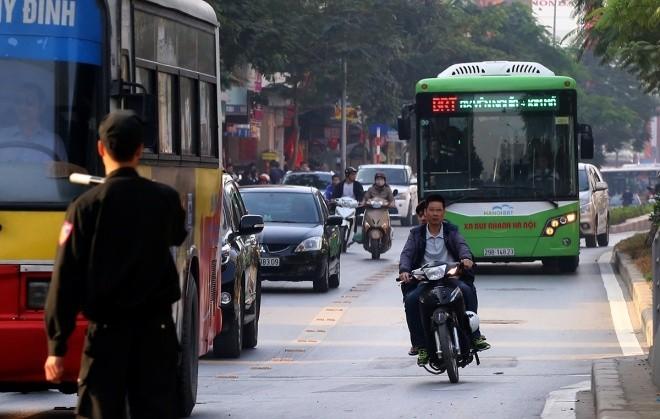 Hàng loạt tài xế bị tuýt còi vì lấn làn buýt nhanh - ảnh 6
