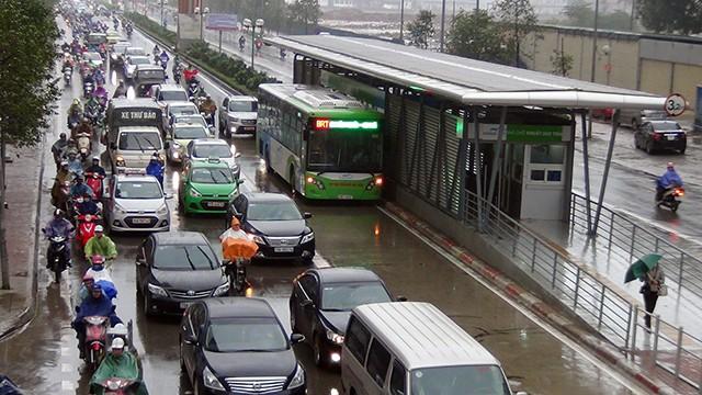 """Buýt nhanh bị """"giam lỏng"""" trong cơn mưa sáng - ảnh 6"""