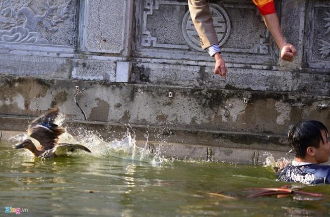 Hài hước khi chơi lội nước bắt vịt, bịt mắt bắt lợn ở hội làng - ảnh 10