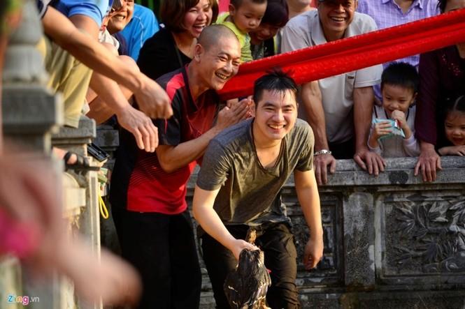 Hài hước khi chơi lội nước bắt vịt, bịt mắt bắt lợn ở hội làng - ảnh 11
