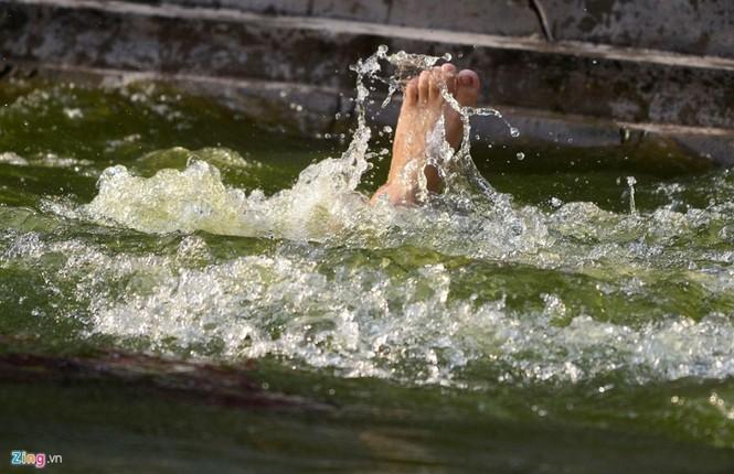 Hài hước khi chơi lội nước bắt vịt, bịt mắt bắt lợn ở hội làng - ảnh 12