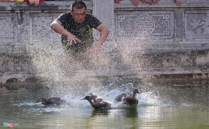 Hài hước khi chơi lội nước bắt vịt, bịt mắt bắt lợn ở hội làng - ảnh 3