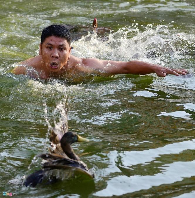 Hài hước khi chơi lội nước bắt vịt, bịt mắt bắt lợn ở hội làng - ảnh 6