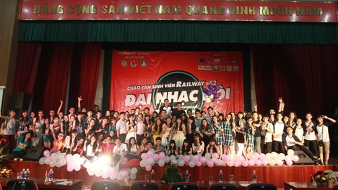 Đêm nhạc hội chào tân sinh viên Học viện Tài chính - ảnh 9