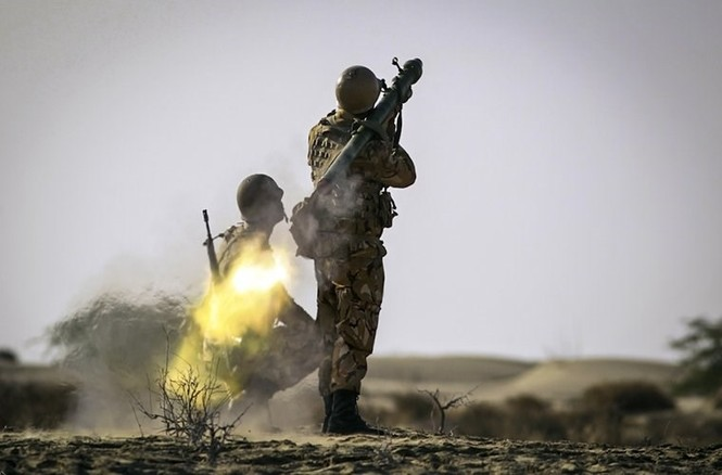 Quân đội Iran ào ào tấn công mục tiêu - ảnh 13