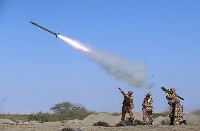 Quân đội Iran ào ào tấn công mục tiêu - ảnh 14