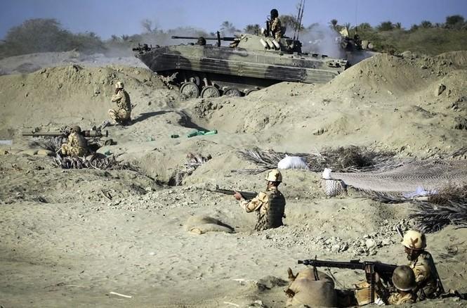 Quân đội Iran ào ào tấn công mục tiêu - ảnh 5