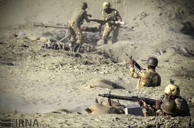Quân đội Iran ào ào tấn công mục tiêu - ảnh 7