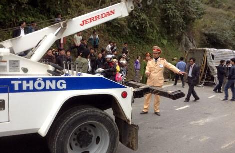 Lật xe tải gây tắc đường Lào Cai - Sa Pa - ảnh 2