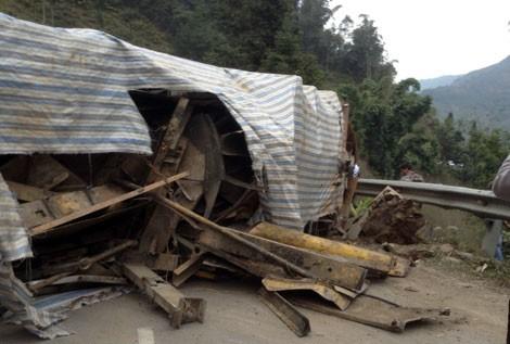 Lật xe tải gây tắc đường Lào Cai - Sa Pa - ảnh 1