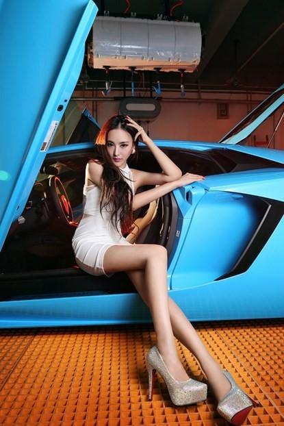 Mỹ nhân khoe chân dài miên man bên 'Vua bò tót' Lamborghini - ảnh 4