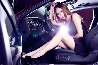 Mỹ nhân khoe đường cong siêu gợi cảm bên Bentley hồng - ảnh 4