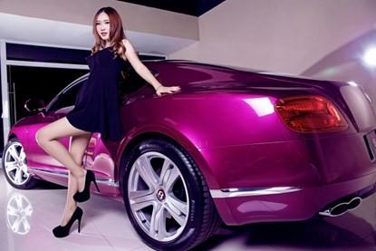 Mỹ nhân khoe đường cong siêu gợi cảm bên Bentley hồng - ảnh 5