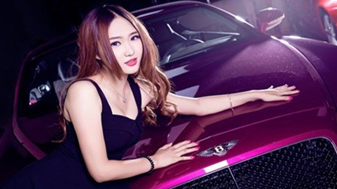 Mỹ nhân khoe đường cong siêu gợi cảm bên Bentley hồng - ảnh 7