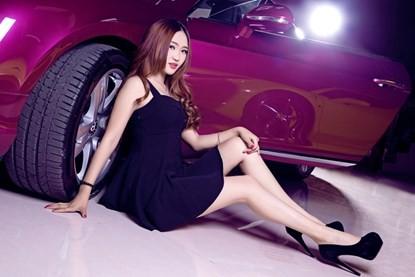 Mỹ nhân khoe đường cong siêu gợi cảm bên Bentley hồng - ảnh 8