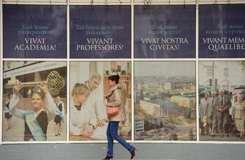 Sinh viên đông Ukraine lo bằng đại học vô giá trị - ảnh 1
