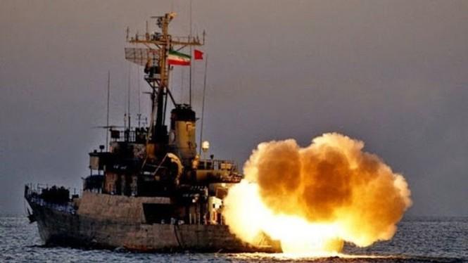 Phô trương sức mạnh, Iran phóng tên lửa ào ạt trên biển - ảnh 1