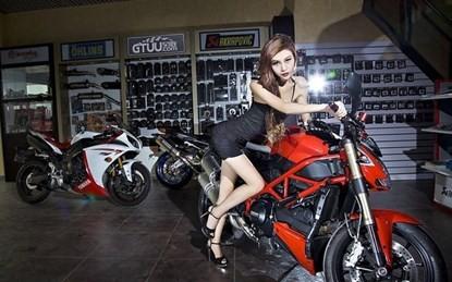 Mỹ nhân khoe chân dài miên man bên siêu môtô - ảnh 1