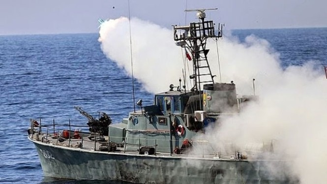Phô trương sức mạnh, Iran phóng tên lửa ào ạt trên biển - ảnh 2