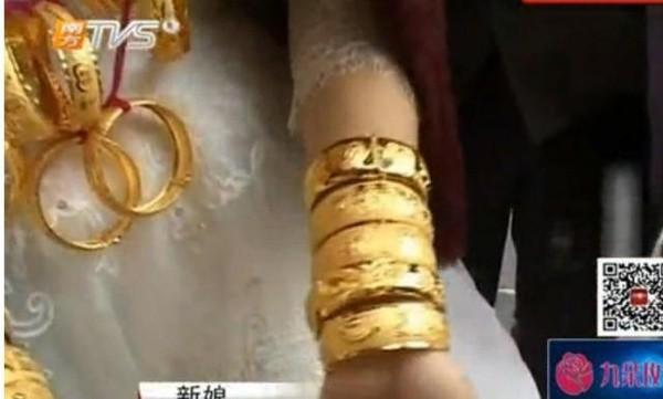 Cô dâu đeo 5kg vàng trong ngày cưới - ảnh 5