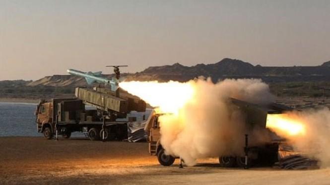 Phô trương sức mạnh, Iran phóng tên lửa ào ạt trên biển - ảnh 4