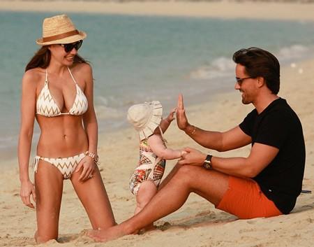Con gái tỉ phú khoe dáng như người mẫu trên bãi biển - ảnh 7