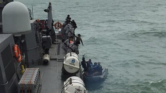 Mở rộng tìm kiếm mảnh vỡ và thi thể nạn nhân QZ8501 - ảnh 2