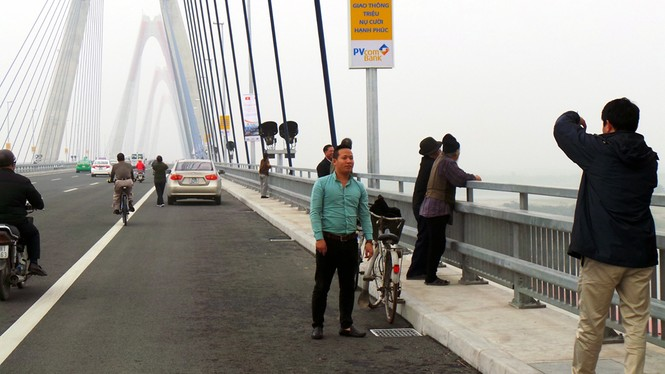 Xử nghiêm người đỗ xe, chụp ảnh trên cầu Nhật Tân - ảnh 10