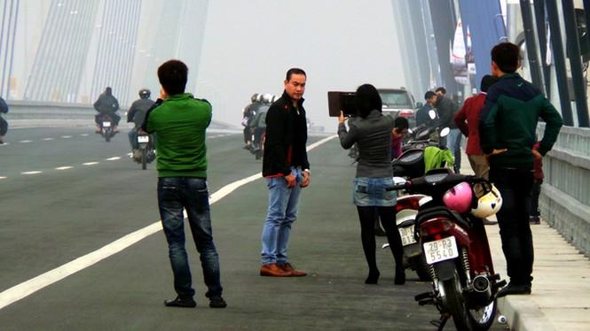Xử nghiêm người đỗ xe, chụp ảnh trên cầu Nhật Tân - ảnh 11