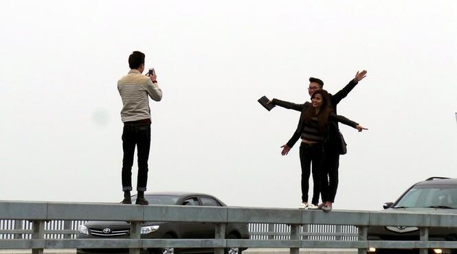 Xử nghiêm người đỗ xe, chụp ảnh trên cầu Nhật Tân - ảnh 12