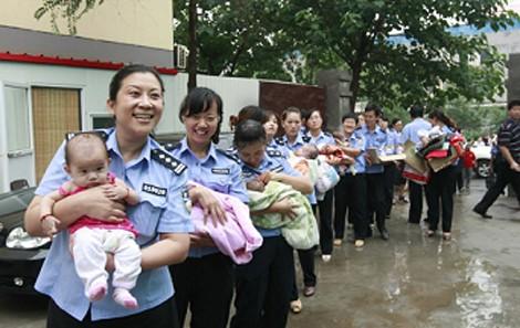 Bác sĩ sản khoa lừa thai phụ lấy bé sơ sinh đem bán - ảnh 1